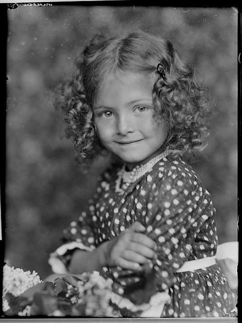 holčička Mikešů na krabičce snímky různých rodin Mikeš,dítě,portrét